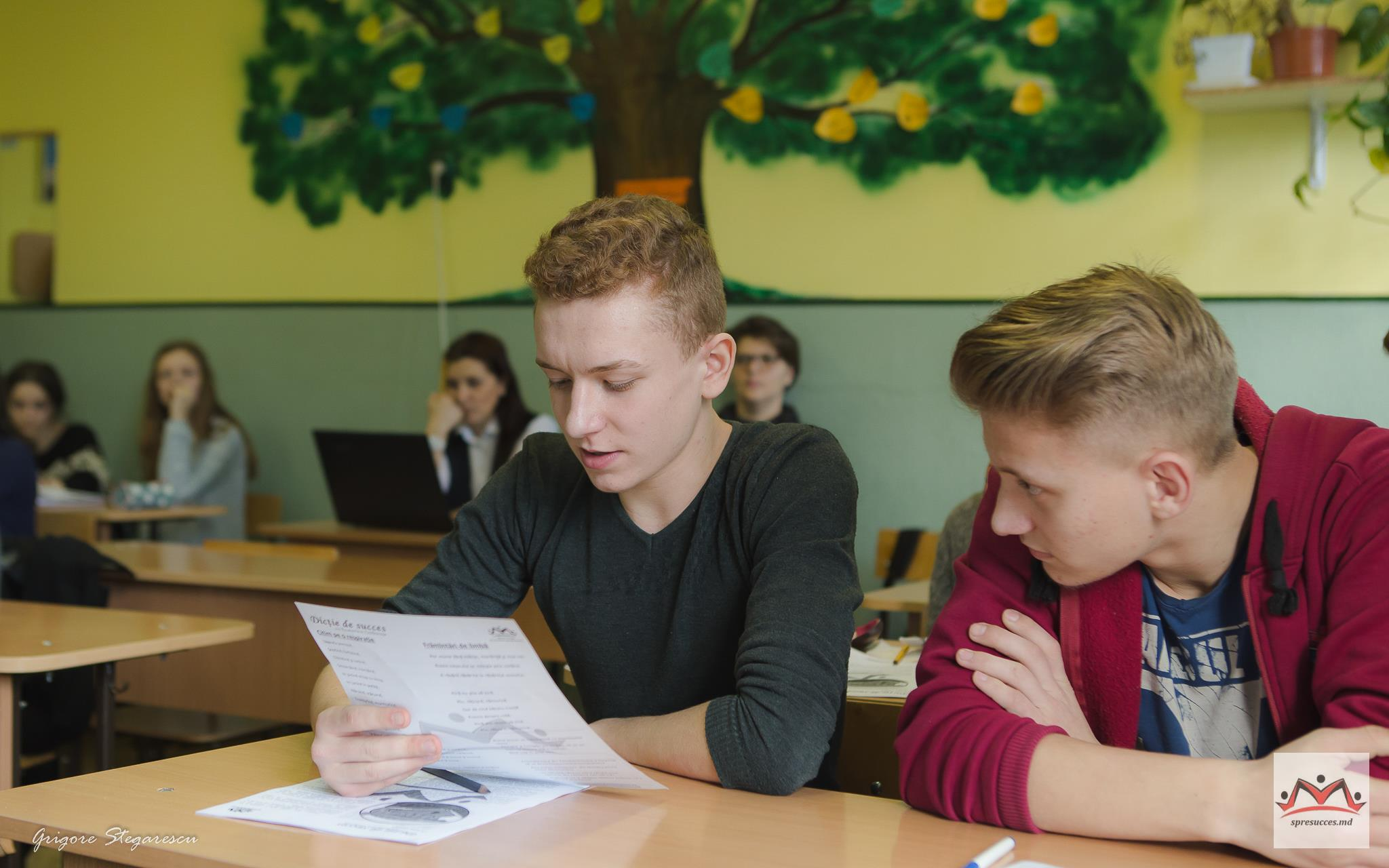 băiat citește frământarea de limbă la cursul de dicție